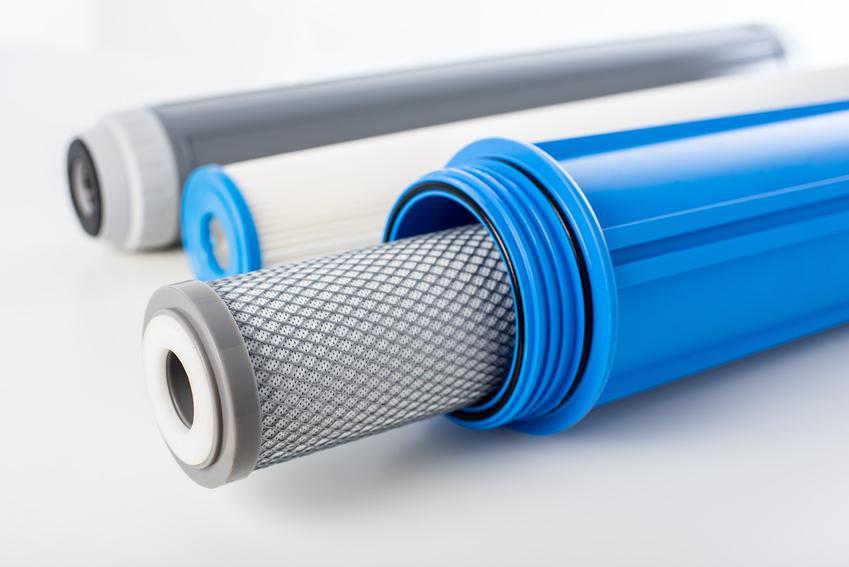 Filtr odwróconej osmozy na białym tle oraz odwrócona osmoza i zasada działania