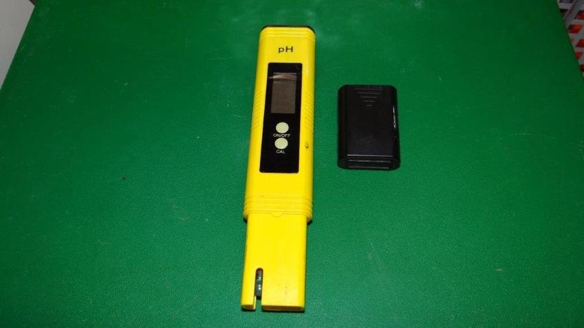 pH metr na zielonym tle, a także optymalnie i parametry wody w akwarium