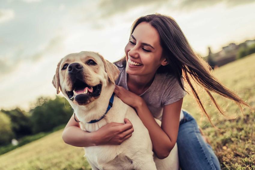 Właściciel przytulający się do psa, a także informacje, jaki pies pasuje do twojego znaku zodiaku - wskazówki przy kupieniu psa