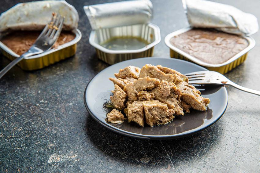 Jedzenie dla kota na talerzyku, a także opakowania jedzenia dla kota i psa oraz jak czytać etykiety na karmie dla psa lub kota